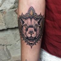 Black lioness head by Rafa Decraneo
